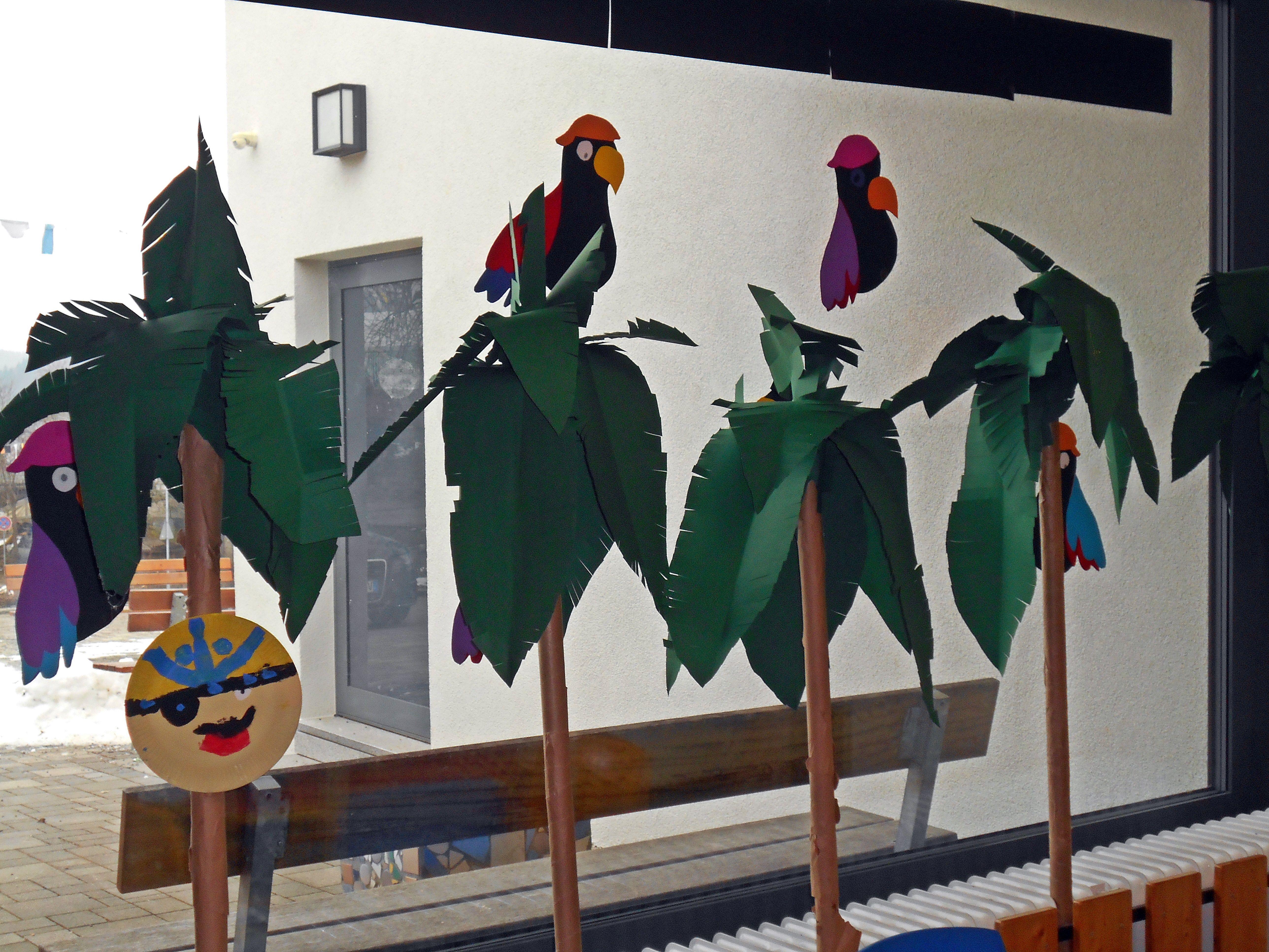 Palmen und Papageien