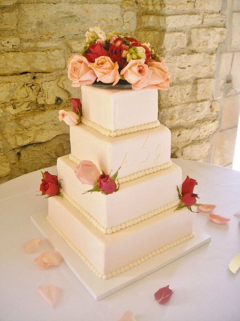 Soft peach colored buttercream icing with fresh flowers | Wedding ...