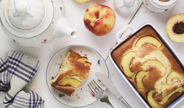 Pridajte doňho ochutenú minerálku: Rýchly broskyňový koláč | DobreJedlo.sk
