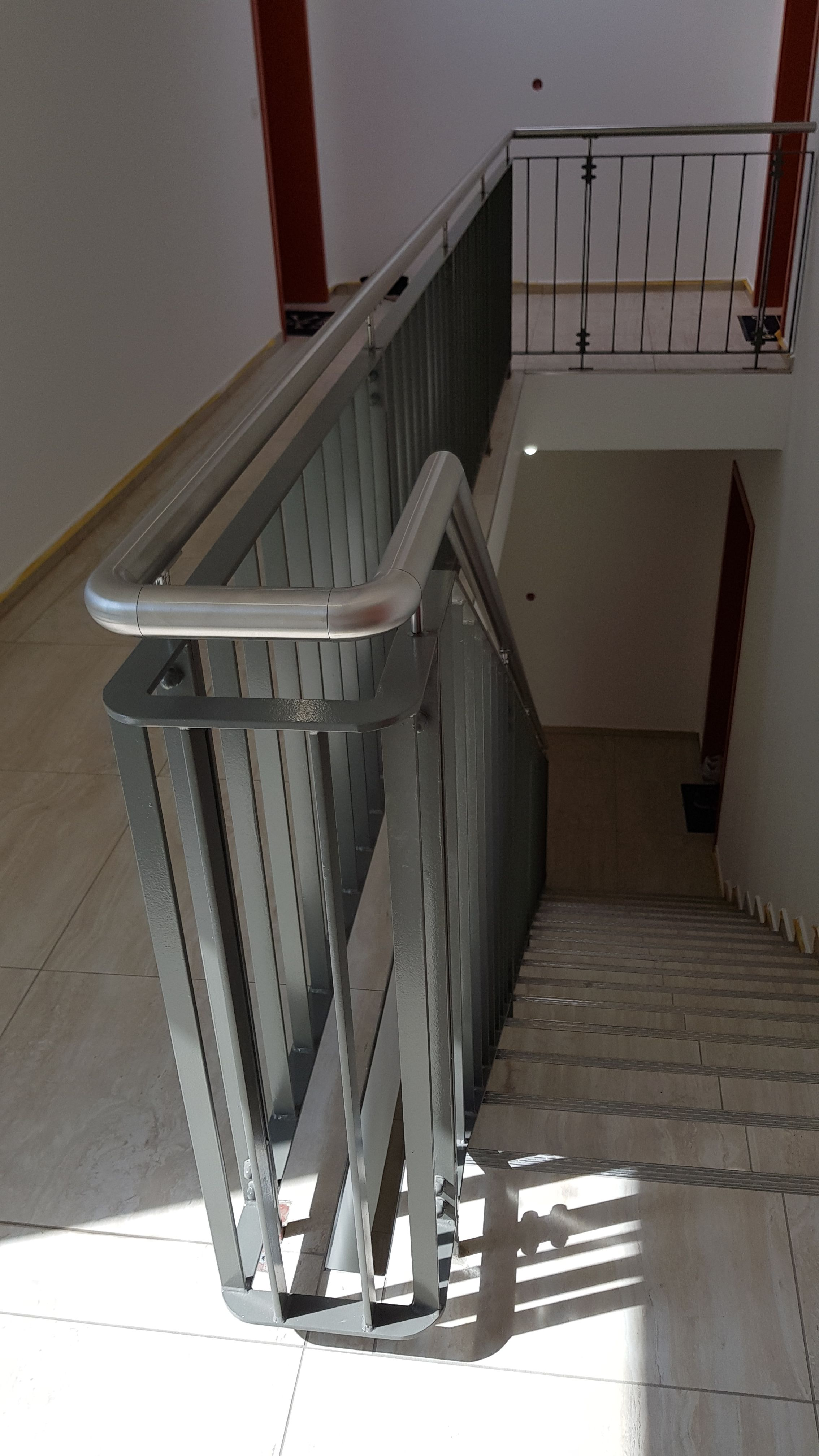 Flachstahl Treppengelander Mit Edelstahlhandlauf In 2020 Flachstahl Stahltreppen Stahlwangentreppe