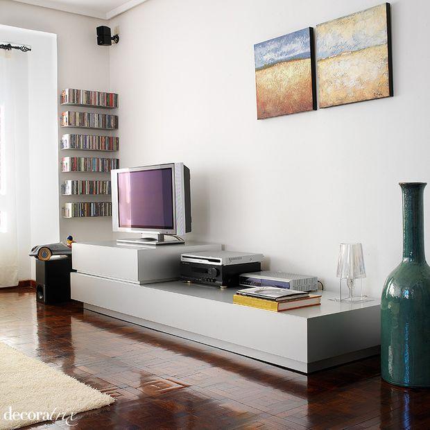 Mueble bajo para el televisor en el sal n muebles de - Muebles para el televisor ...