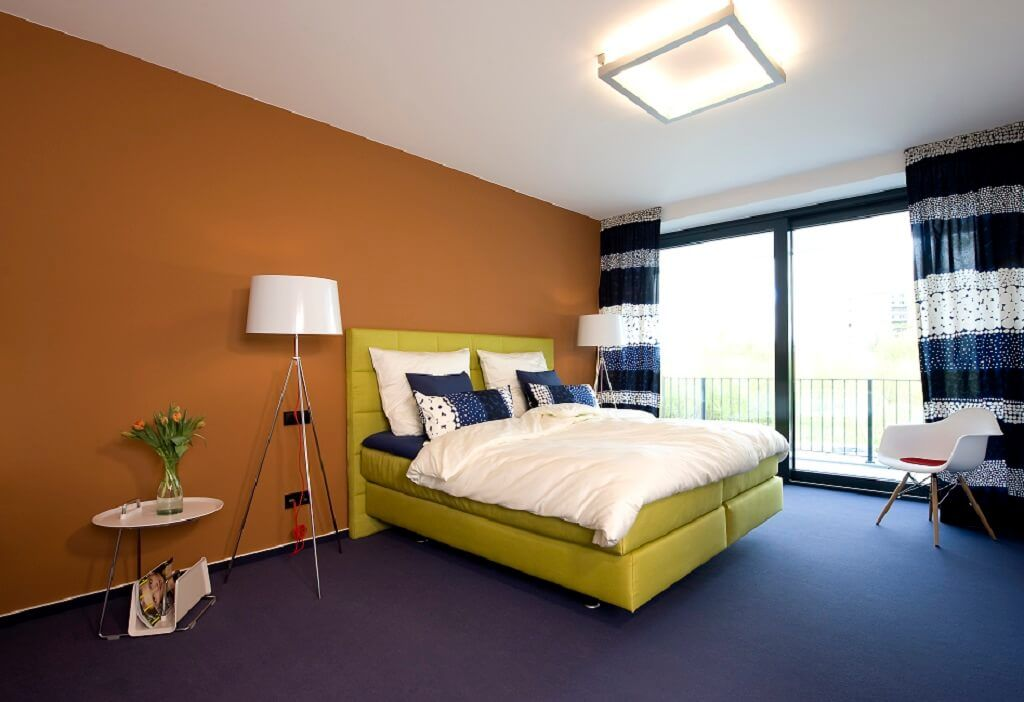 Schlafzimmer einrichten mit Boxspringbett Wandfarbe Orange ...
