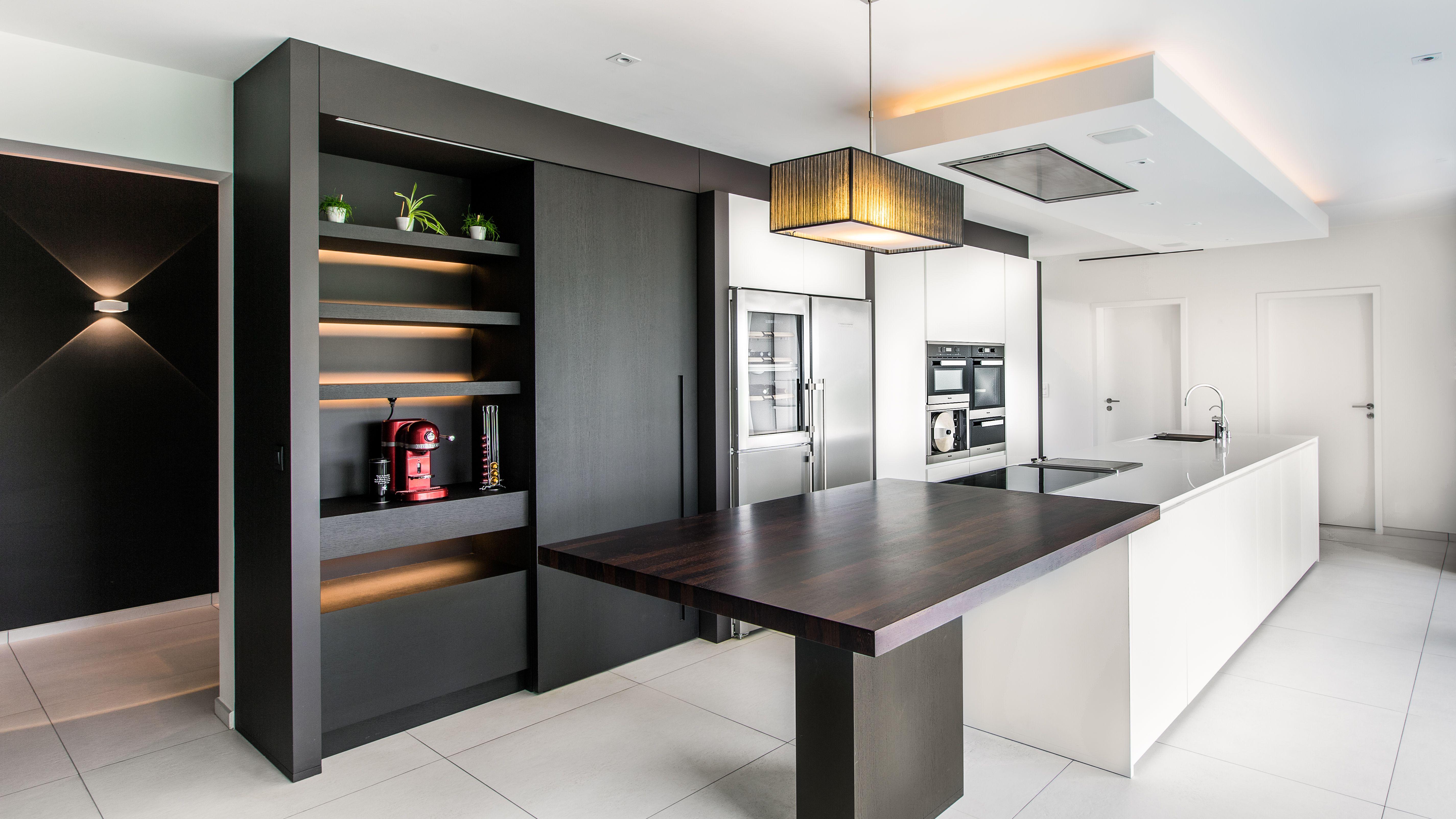 cuisine laqu blanc et placage bois plan de travail en quartz blanc caisson hotte cuisine