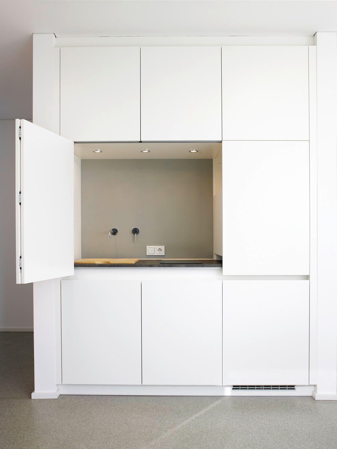 Küchenfront mit Stauraum. Küchenorganisation durch Küchenschränke ...