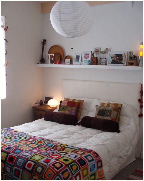 tudo branco com toques de cor e prateleira acima da cama <3