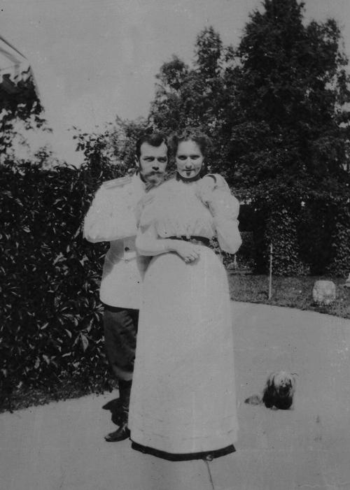 Cute photo of Tsar Nicholas II and Alexandra Feodorovna.
