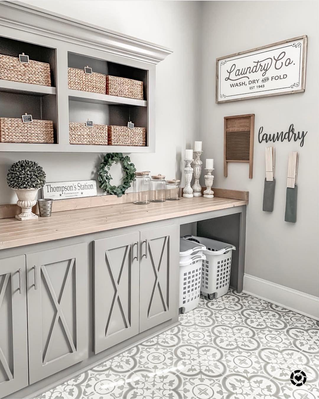 """Photo of Modern Farmhouse Decor & DIY auf Instagram: """"Ok, ich versuche mich für eine Farbe zu entscheiden, um meine Küche zu streichen, und bin auf diesen fabelhaften modernen Waschraum für Bauernhäuser von Jamie gestoßen …"""""""