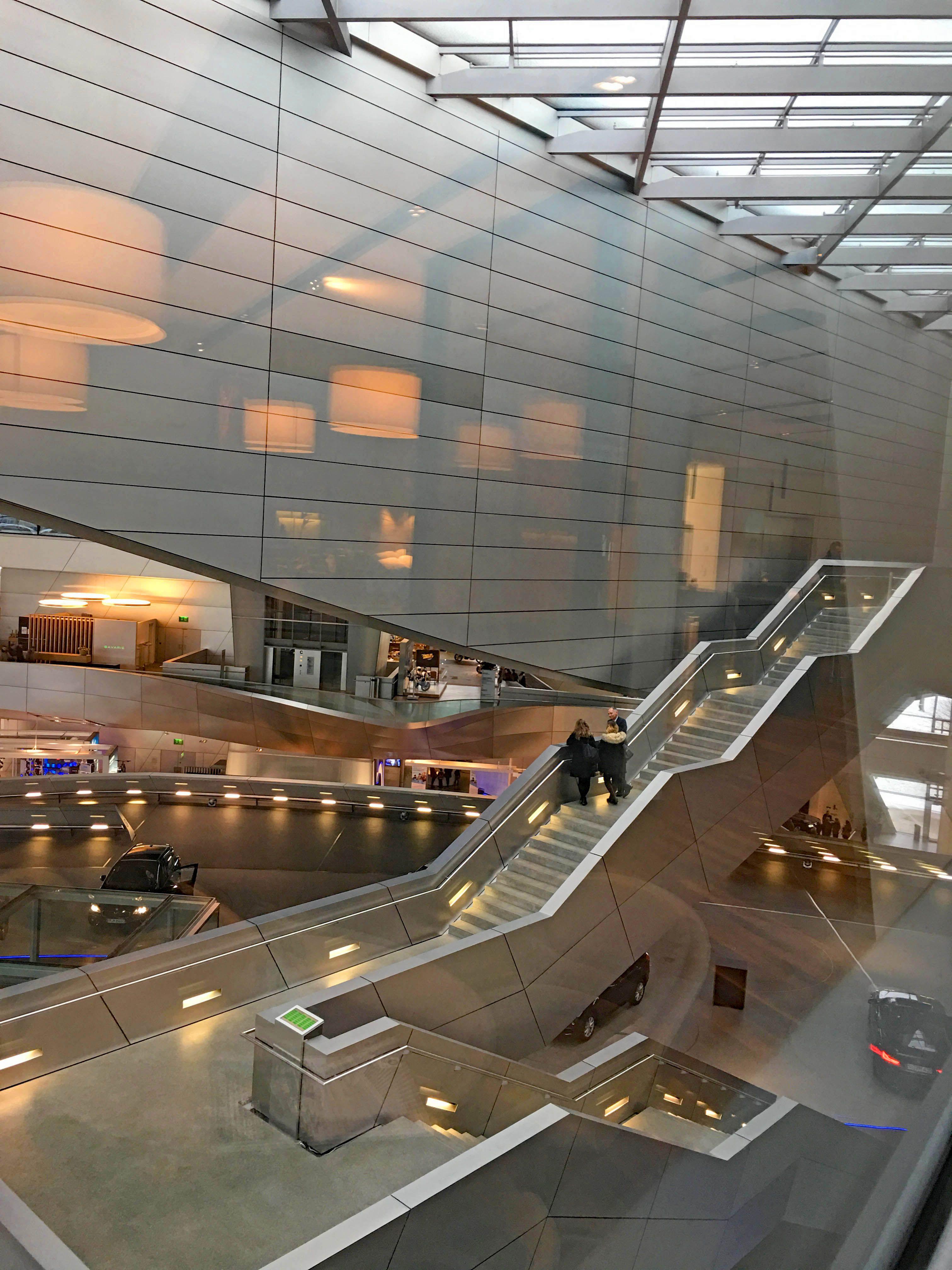 BMW Welt München Architektur große Halle Treppe