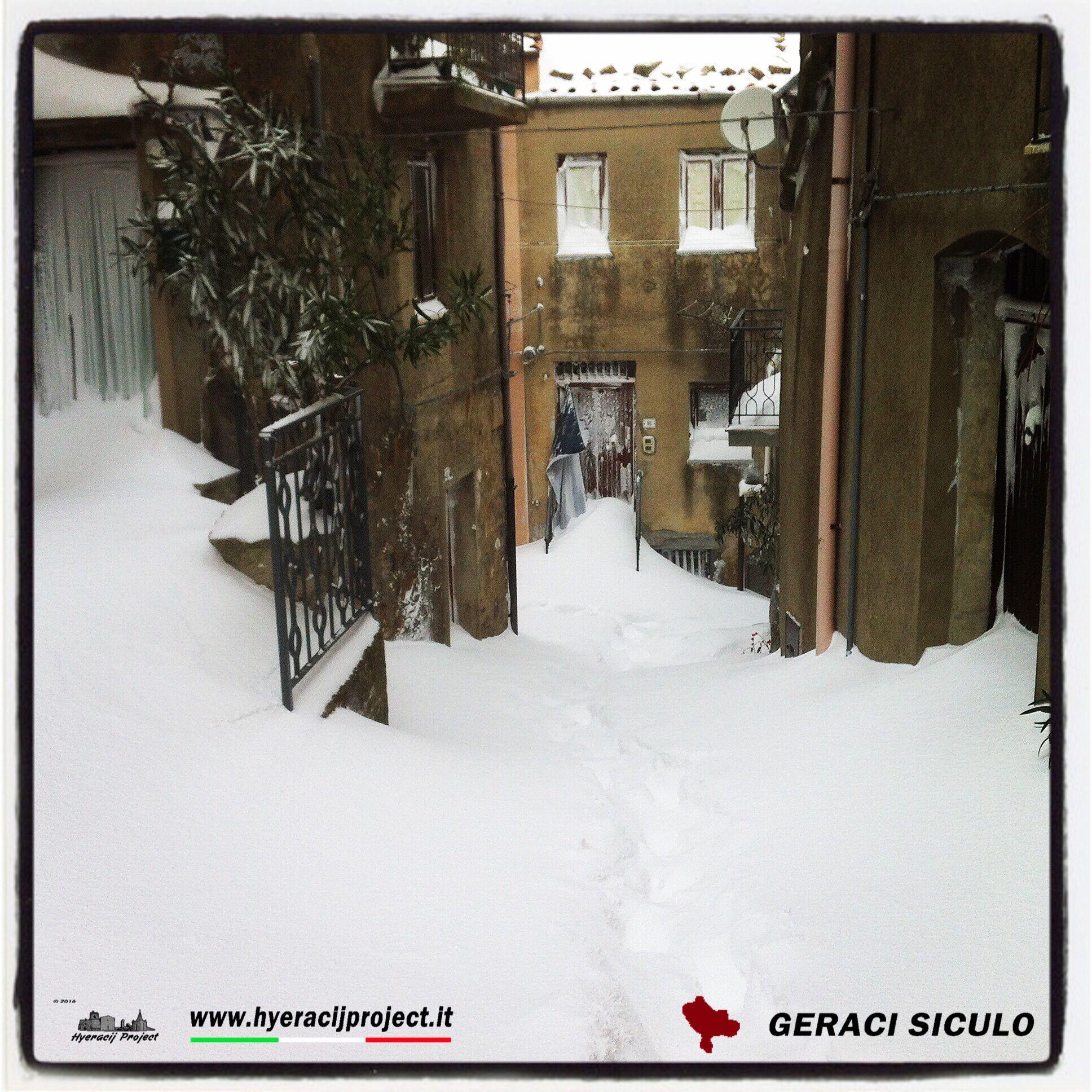 #GeraciSiculo, Qui Geraci, neve molto alta. Per il giro all'intero del borgo é consigliabile l'uso delle catene!!!! Il portale ufficiale del progetto 👉 www.hyeracijproject.it