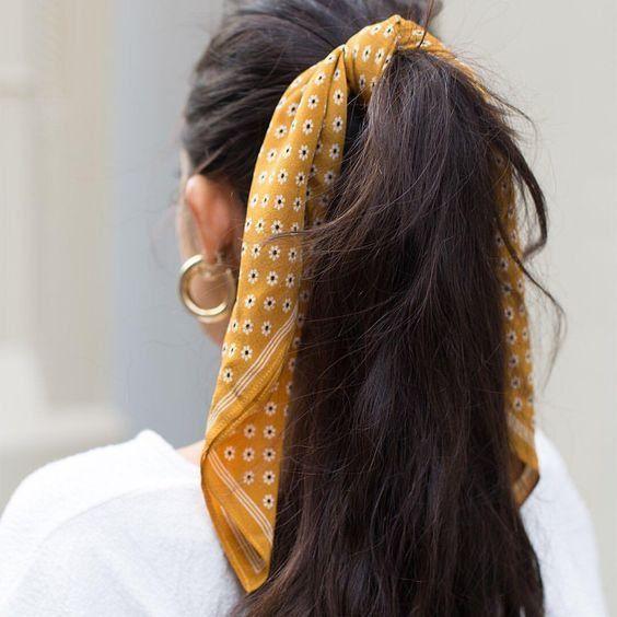 haar staart #haar #hair Accessoires | Scarf | Yellow scarf | Hair | Ponytail | Dark hair | Brown hair | Gold jewellery | Gold earrings | White shirt | Haaraccessoires | Geel sjaaltje | Gele sjaal | Hoge staart | Donker haar | Bruin haar | Wit shirt | Gouden sieraden | Gouden oorbellen | Inspiration | More on Fashionchick