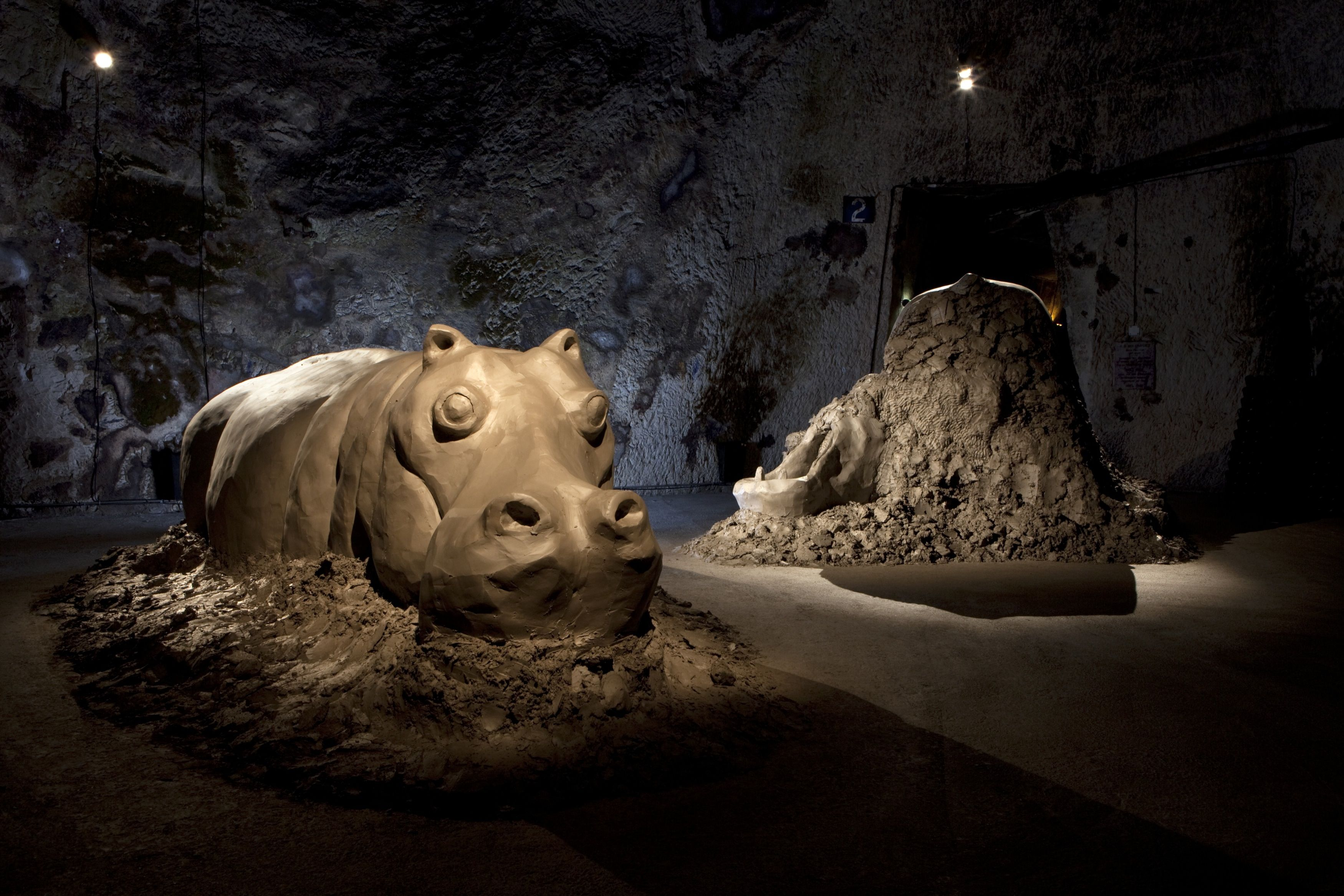 Dewar & Gicquel s'essayent à des techniques variées en amateurs purs et durs sur des matériaux le plus souvent bruts, faisant ainsi usage de sources d'inspirations régionalistes (voire cantonales), pour des sculptures essentiellement ex-situ.
