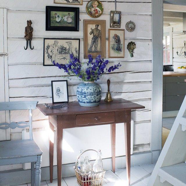 Fint med vitmålat timmer! Massa somrig #inredning och #inspiration i nya nymret, kommer i butik 1 juli! /monika #skönahem #nyttnr