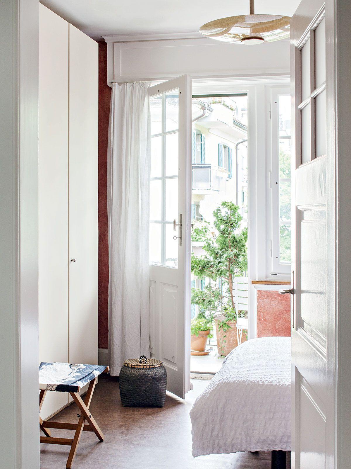 Makuuhuoneesta aukeaa toinen ovi pitkälle parvekkeelle. Doris on maalannut seinät lämpimän punaruskeiksi, koska makuuhuoneeseen ei paista aurinko, ja sinne tulee ikkunoista kylmää valoa. Seuraava remonttiprojekti on makuuhuoneen lattia, jossa on vanha ja kulunut muovimatto.