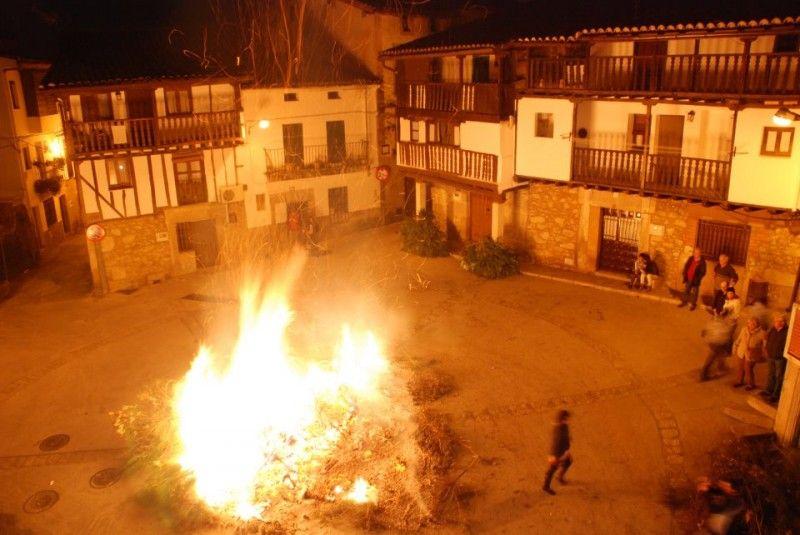 Luminarias de Madrigal de la Vera en la plaza vieja del pueblo