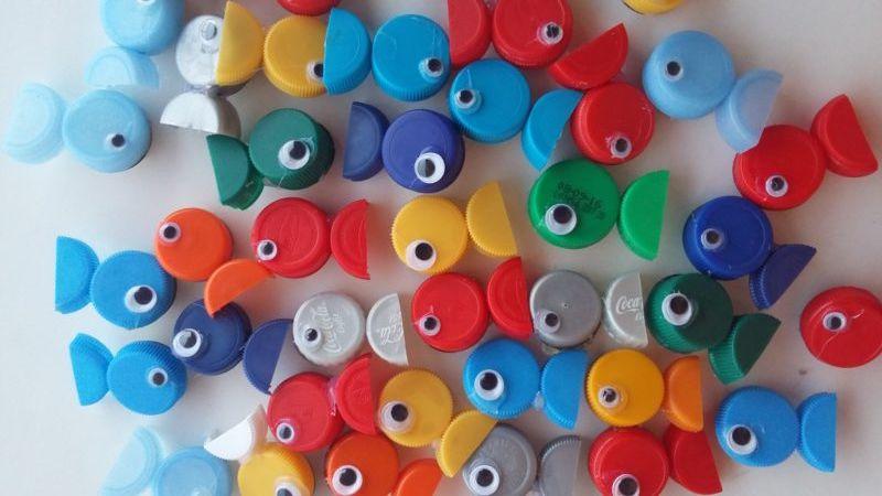 Peces broches con tapones de plstico reciclados