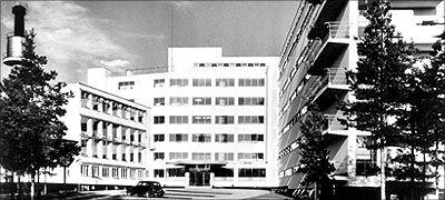 """Alvar Aalto: Paimion parantola. Museovirasto.  Alvar Aallolle Paimion parantolan suunnittelu oli vertaansa vailla oleva haaste. Tuberkuloosiparantolan suunnittelu oli tehtävä, jossa funktionalismin idea toteutui täydellisimmin. Iskulause """"Valoa, ilmaa, aurinkoa"""" palveli niin arkkitehtuuria kuin sairauden voittamistakin. Arkkitehtuurista kirjoitettiin ja puhuttiin myös lääketieteellisin termein. Aalto itse luonnehti Paimion parantolarakennusta """"mediciniseksi instrumentiksi""""."""