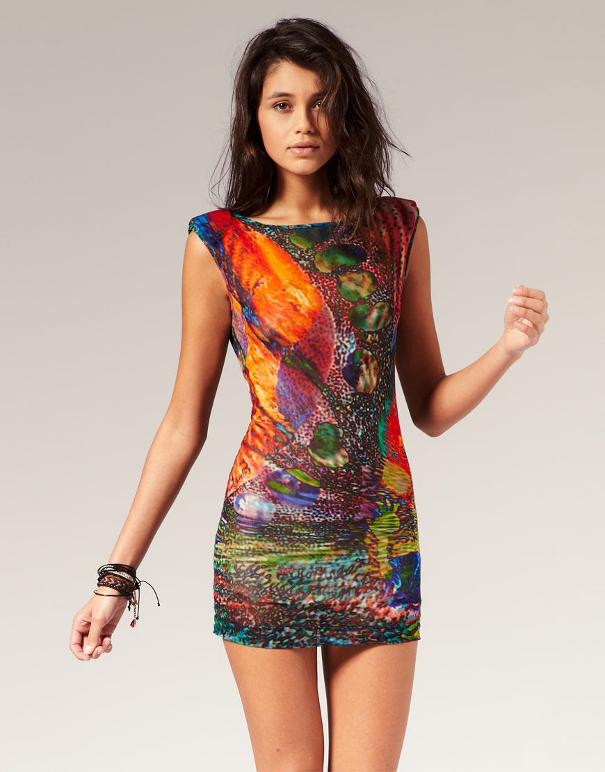 44b627a5438 Девушка в коротком летнем платье с тропическим принтом