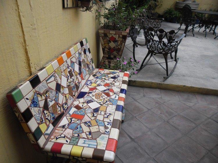 Mosaik Sitzbank auf der Terrasse aus verschiedenen Fliesenstücken - badfliesen ideen mit mosaik