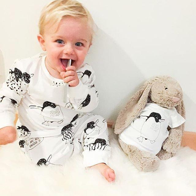 """""""❤️ alle er unike ❤️ Den herlige pingvin-kolleksjonen til Kappahl syns jeg har et fantastisk budskap og formål! For hver solgte pyjamas så gir de nemlig 20,- direkte til organisasjonen """"Kors på halsen"""" - som hjelper barn og unge som trenger noen å snakke med Et flott tiltak!, og er det ikke perfekt å kunne gi en julegave med litt mening? Pyjamasene og nattkjolene kommer i størrelse 86-116 og babypyjamasene i størrelse 50-92. Pyjamasen på bildet kommer i strl. 86/92-110/116 og koster 179,-"""
