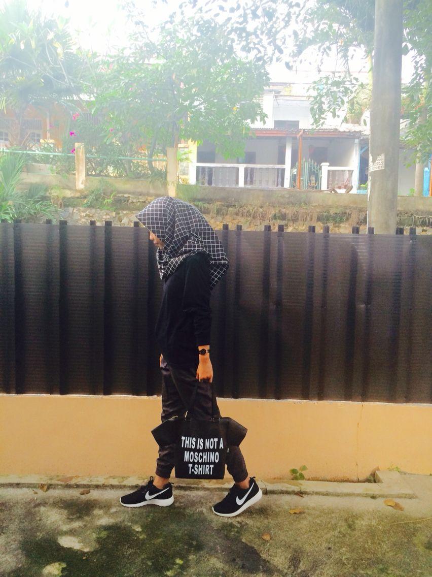 Ootd Hijab Jilbab Monochrome Segi Empattassepatu Nike Roserun Sepatu Bata Man Black 8316006 Roserunjamjogger Pantsand Kaos Polos Hitam