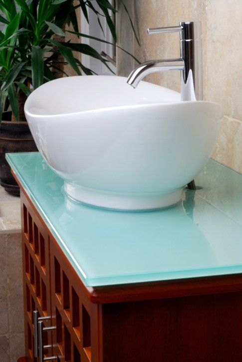 nahaufnahme von gro en wei en gef waschbecken auf glas oben aus holz waschtisch f r. Black Bedroom Furniture Sets. Home Design Ideas