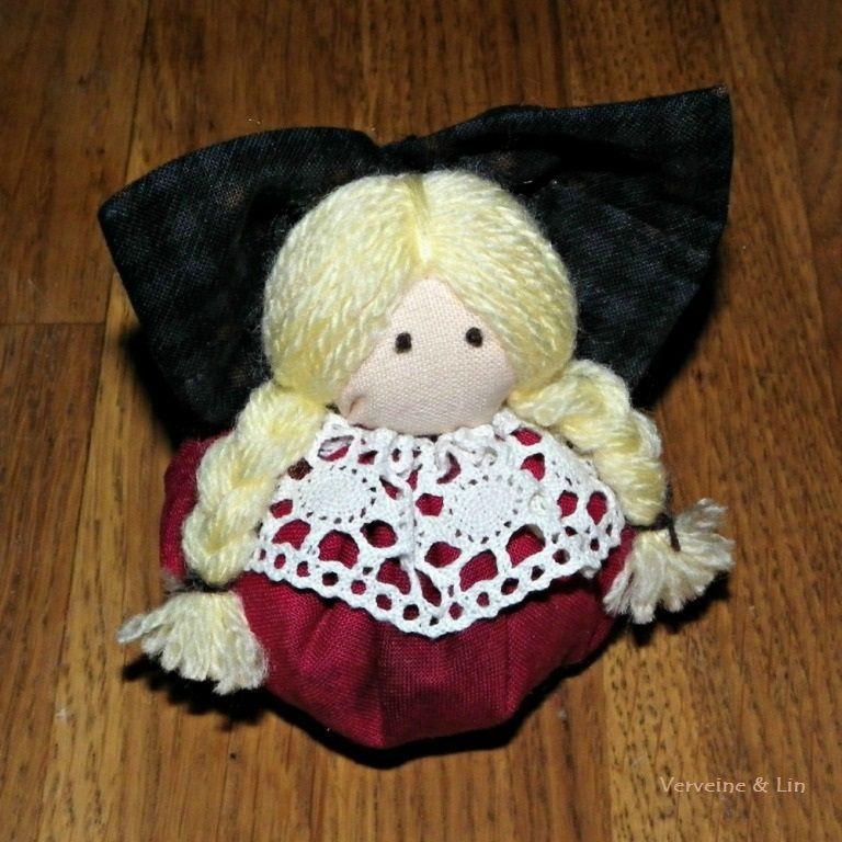 ornement de Noël sous forme de poupée alsacienne