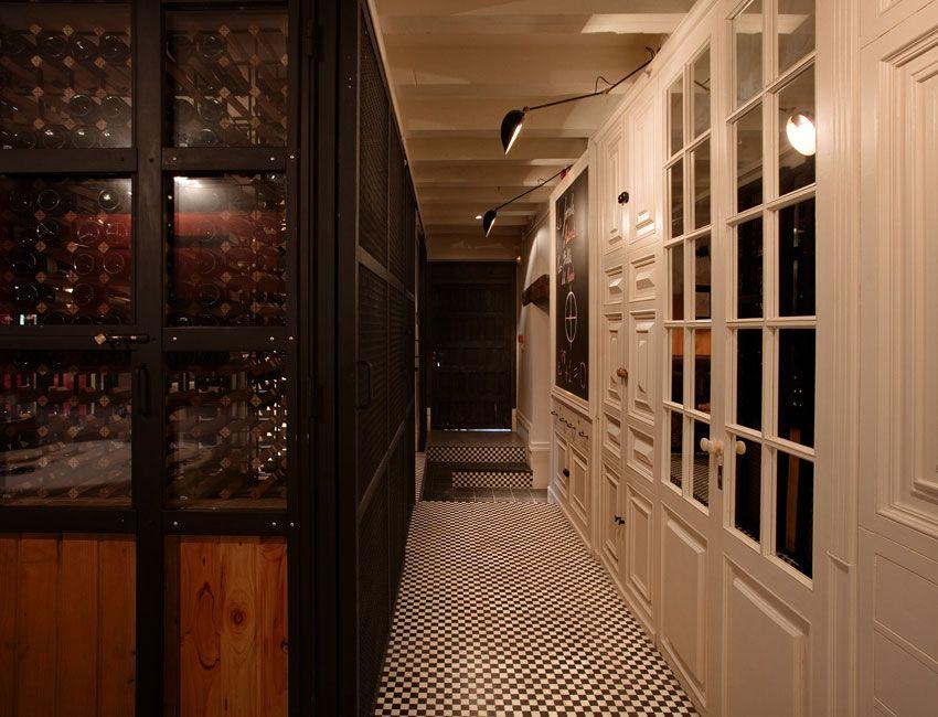 Cubrir la parte de la pared de acceso al baño con puertas antiguas y el hueco de cristal poner espejos.