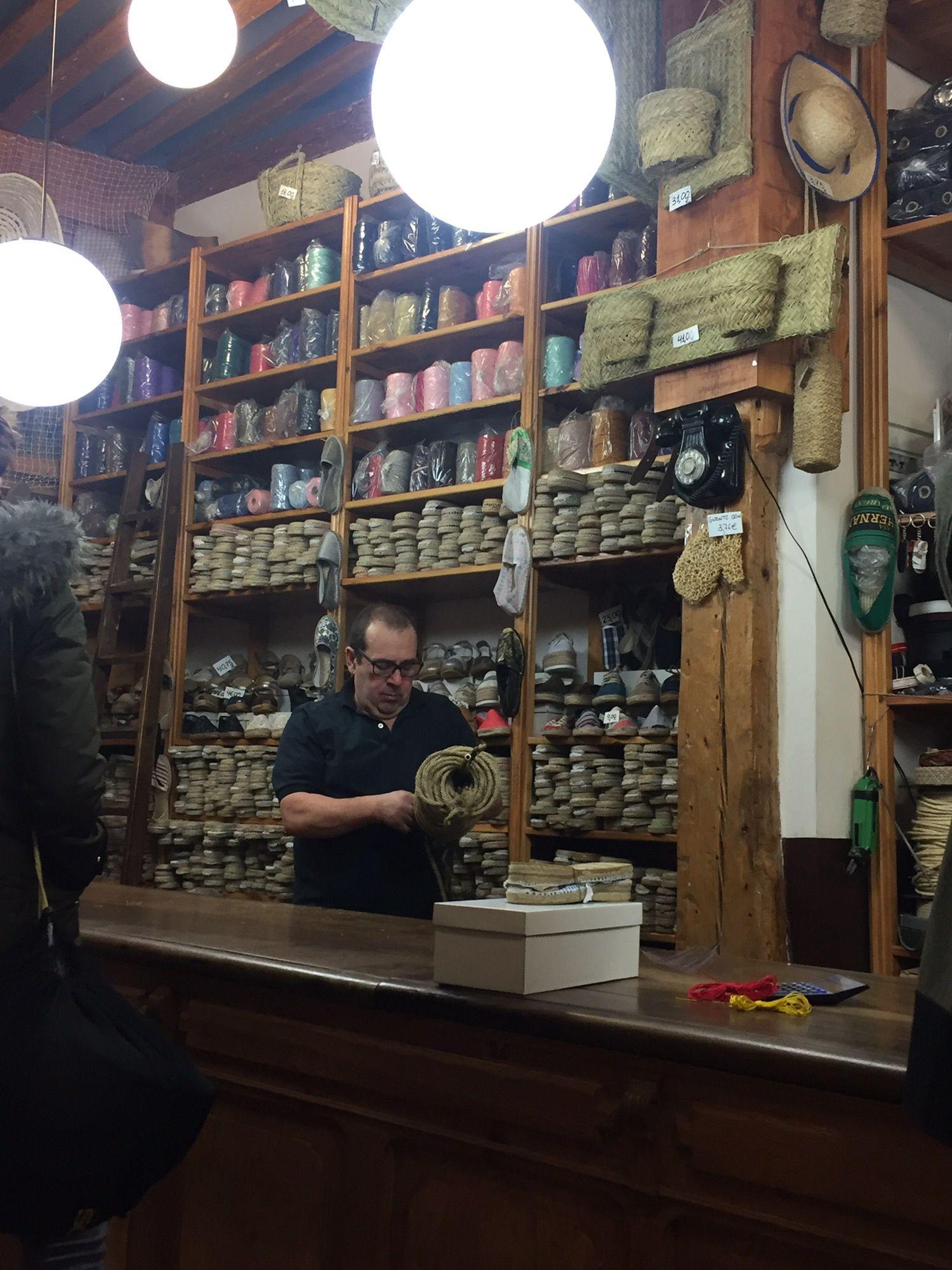 """0ae120286a5 Visitando la alpargatería y cordelería con más tradición en Madrid """"Casa  Hernanz"""""""