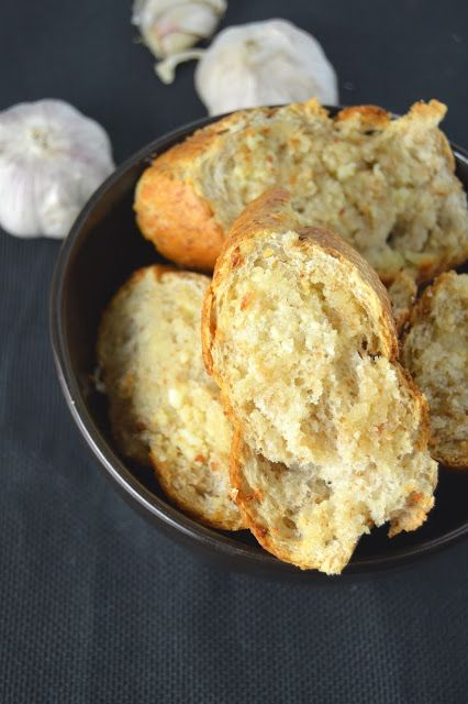 his garlic bread makes a regular appearance at my house when I need a side to go with pasta. Ready in under 30 minutes, and only 4 ingredients.