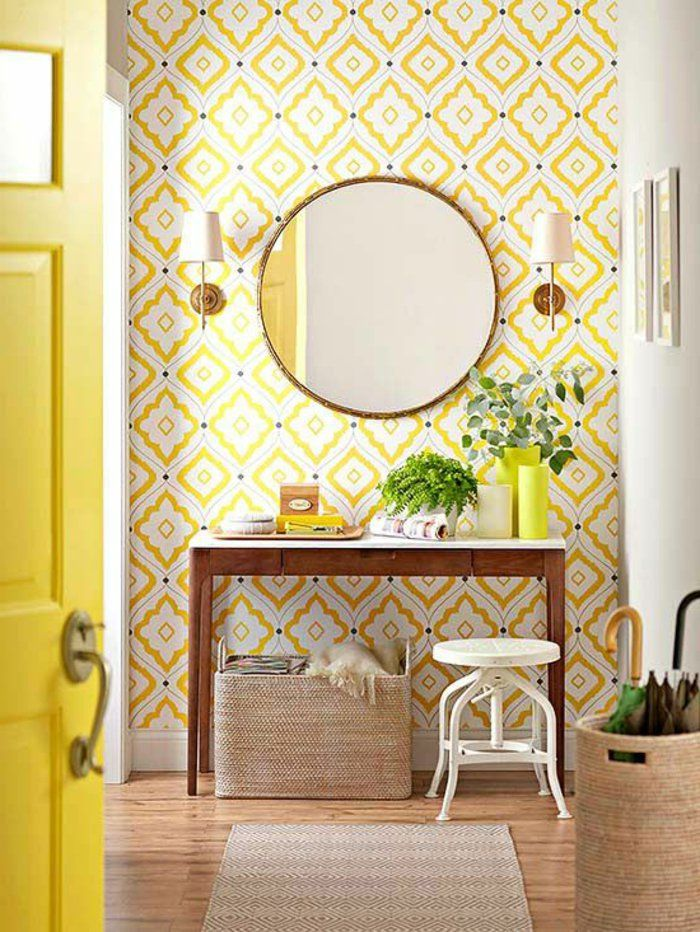 1 jolie entr e pleine de lumi re avec papier peint g om trique jaune et miroir 700. Black Bedroom Furniture Sets. Home Design Ideas