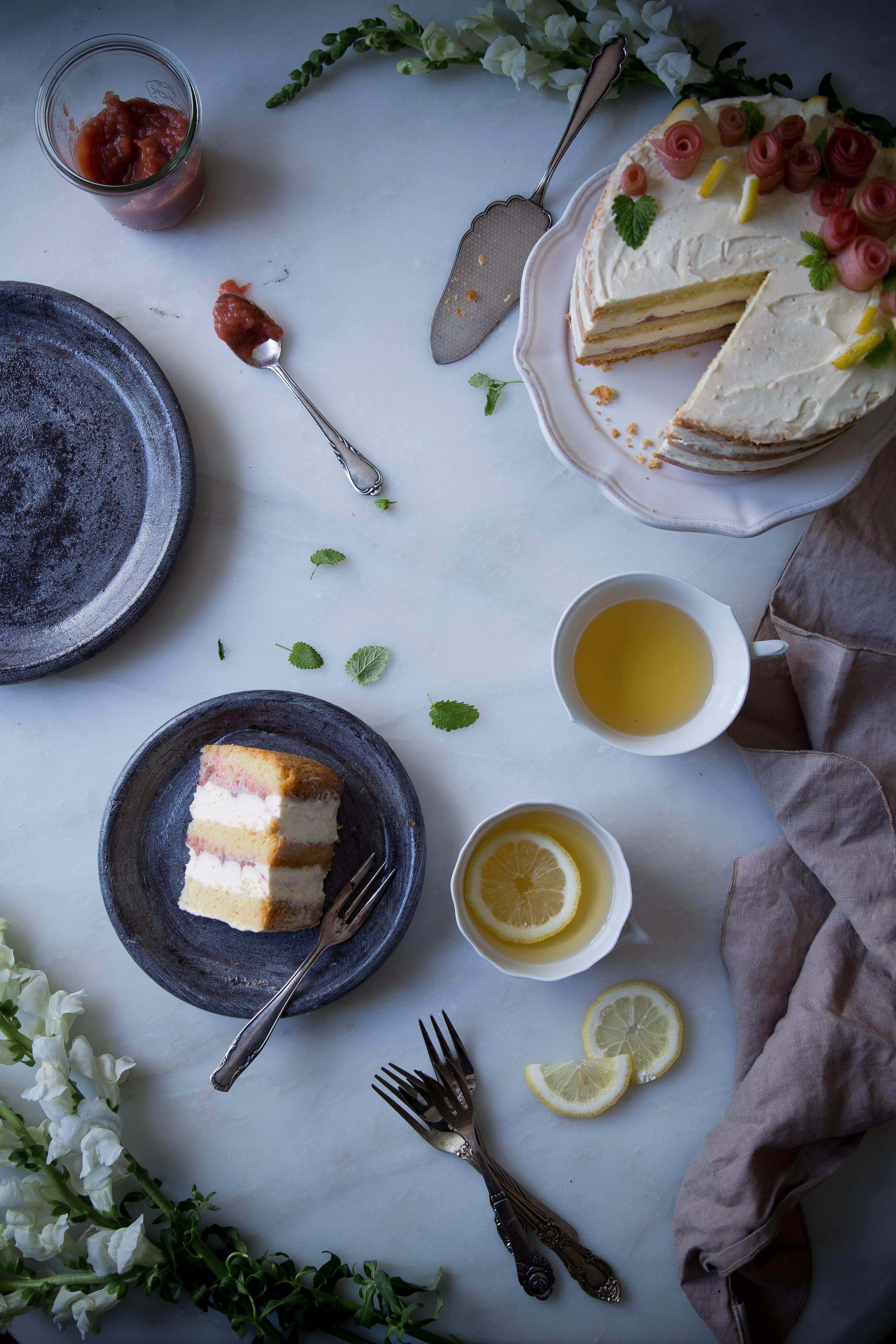 Layer-Cake mit Mandeln, Rhabarber und Zitronen-Creme.