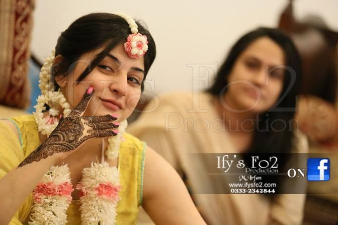 Mehndi Hairstyles S : Sanam baloch mayon photo mehndi outfits