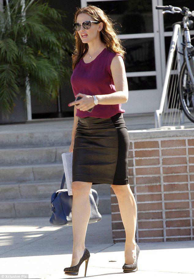 Jennifer Garner steps out in tight leather skirt and killer heels ...