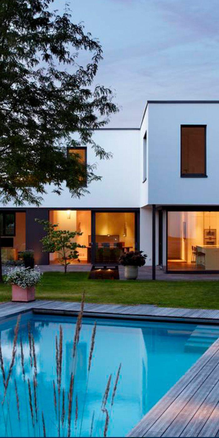 Moderne Gartengestaltung mit großem Pool und extra Poolhaus ...