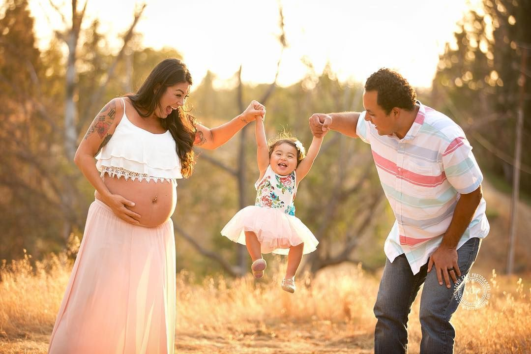 Beautiful outdoor maternity session with this sweet family