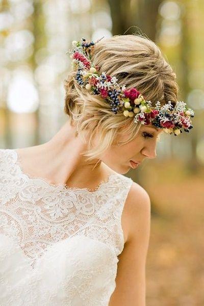 Novia romántica con pelo corto y corona de flores.  Blog  Innovias ... 58c5eb06d71e