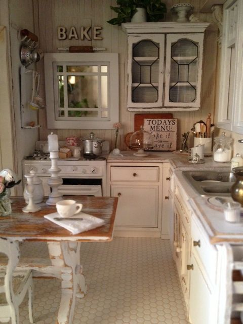 piccola cucina shabby chic con un tavolo da cucina in difficoltà ...