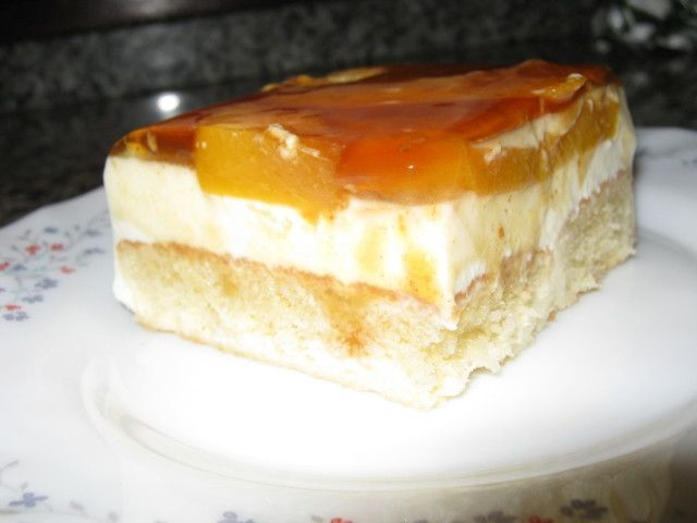 Delicioso postre con una base de sobaos y crema de melocotones, rico, rico. | https://lomejordelaweb.es/