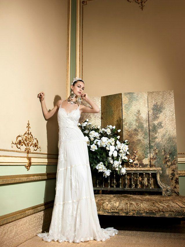 Vestido de novia romántico, creadoartesanalmente con tejidos de altacalidad europeos, trabajado a mano,hechos a medida, diseñados y producidos100% en Barcelona por YolanCris.El sueño de la alta costura serefleja en cada detalle para que estés perfectaen tu gran día.