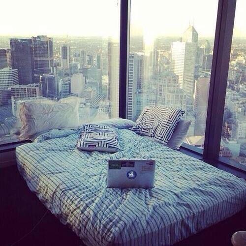Chambre de rêve avec vue sur la ville.