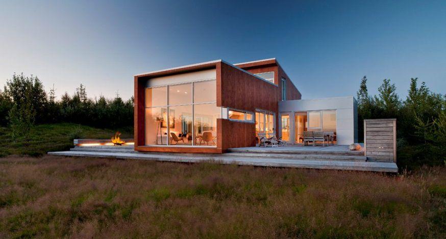 """Située dans la région deReykjavik en Islande, coup de coeur pour la magnifique """"Ice House"""", une agréable villa contemporaine construite en pleine nature par le studio d'architecture Minarc.    Plus de détails en images dans la galerie    Credits …"""