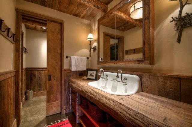 badezimmer-ideen-massivholz-waschbeckenboard-landhausstil-weiße-keramik