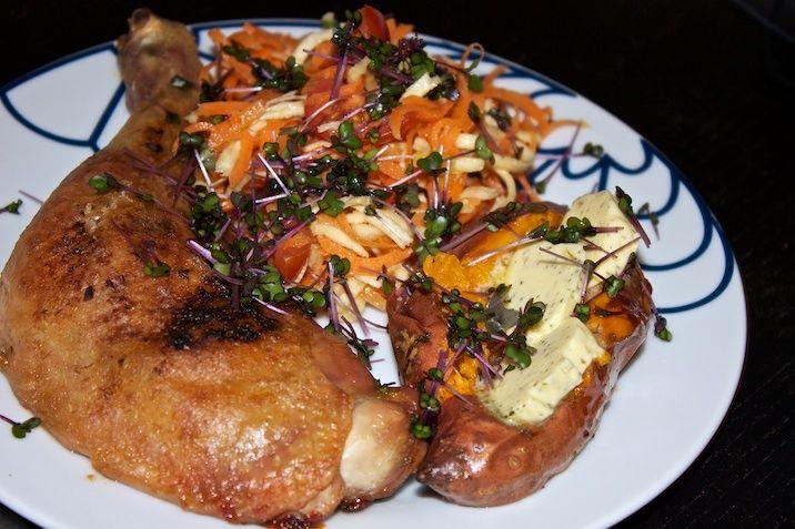 Langtidsstegte kyllingelår med bagt sød kartoffel, hvidløgssmør og ingefær  og citrusmarinerede rødder