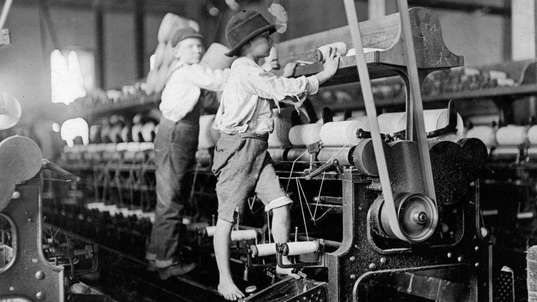 Algunos trabajadores eran tan pequeños que tenían que subirse a la máquina de hilar para reparar los hilos rotos y volver a poner las bobinas vacías, 1909
