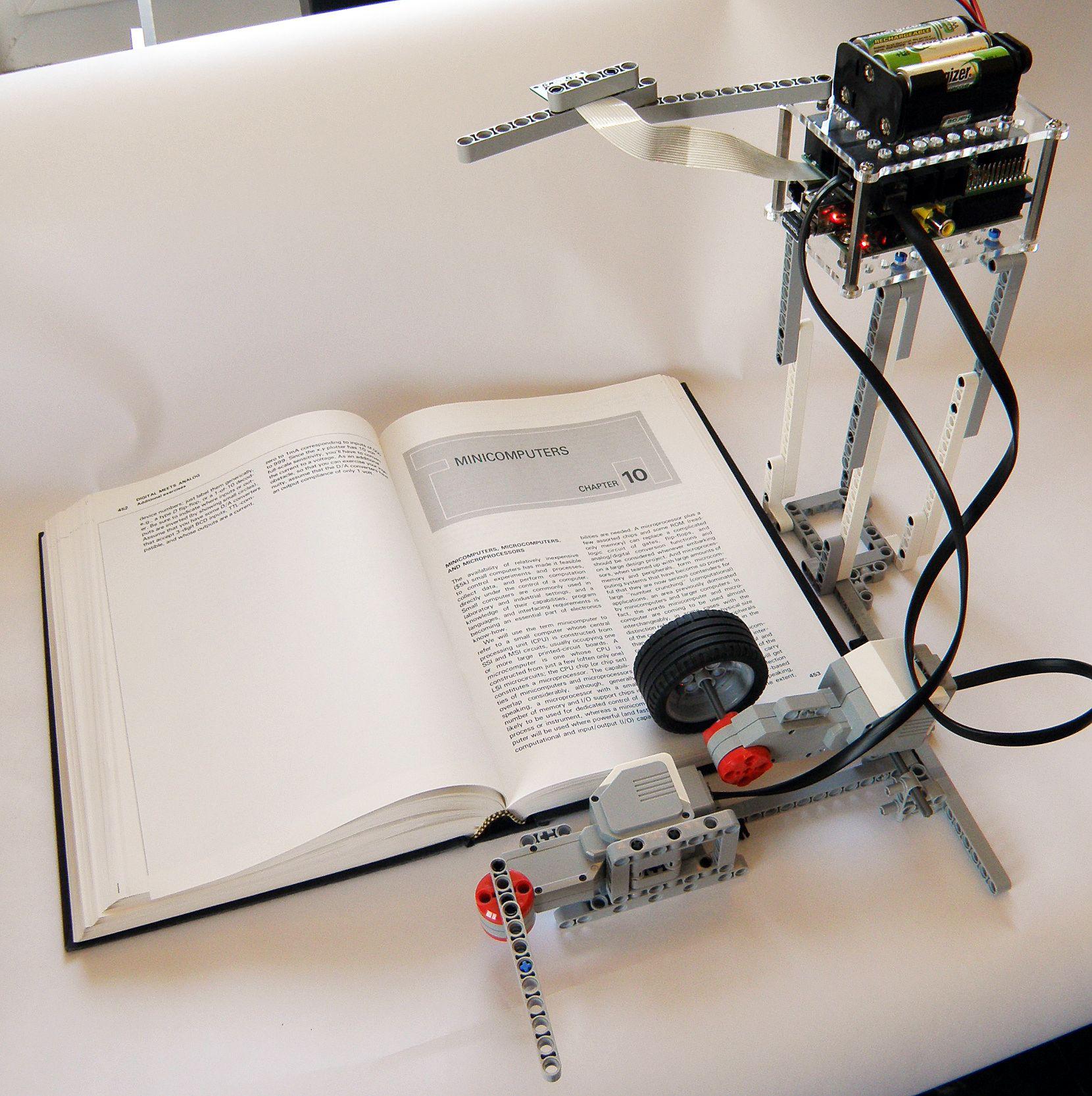 La macchina fotografica è disposta Esattamente Sopra il libro.