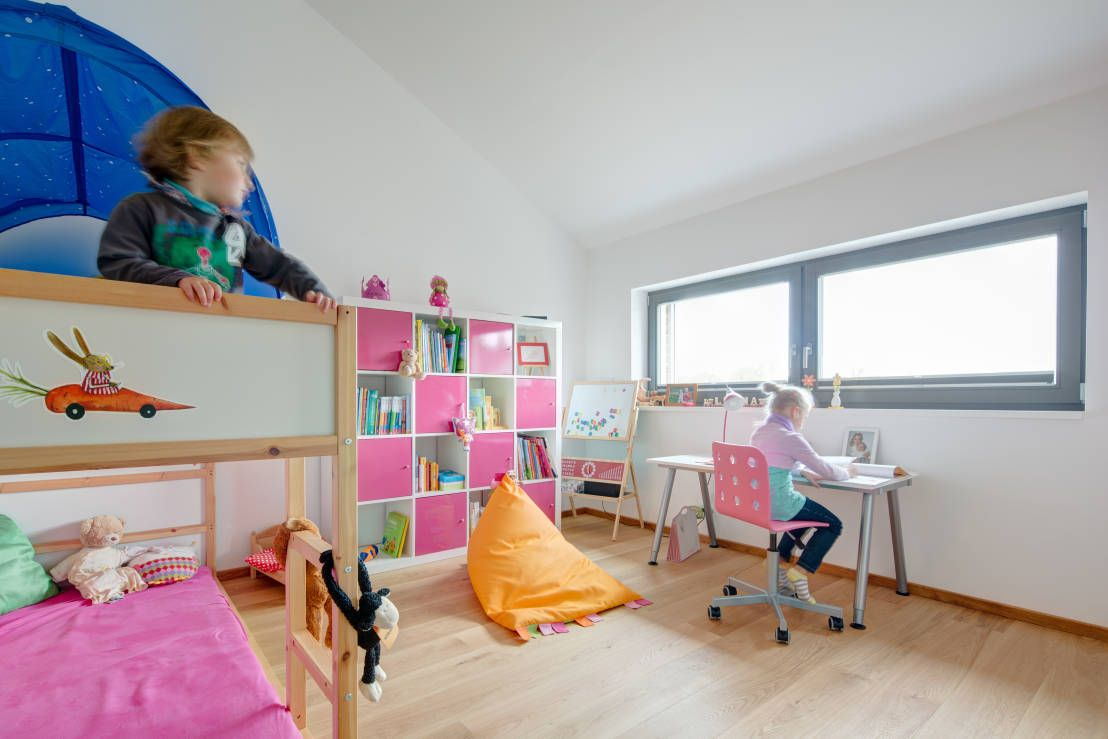 Cute kids' bedroom with modern, minimalistic style and hot pink decorations/linens/accents. By k² Architektur