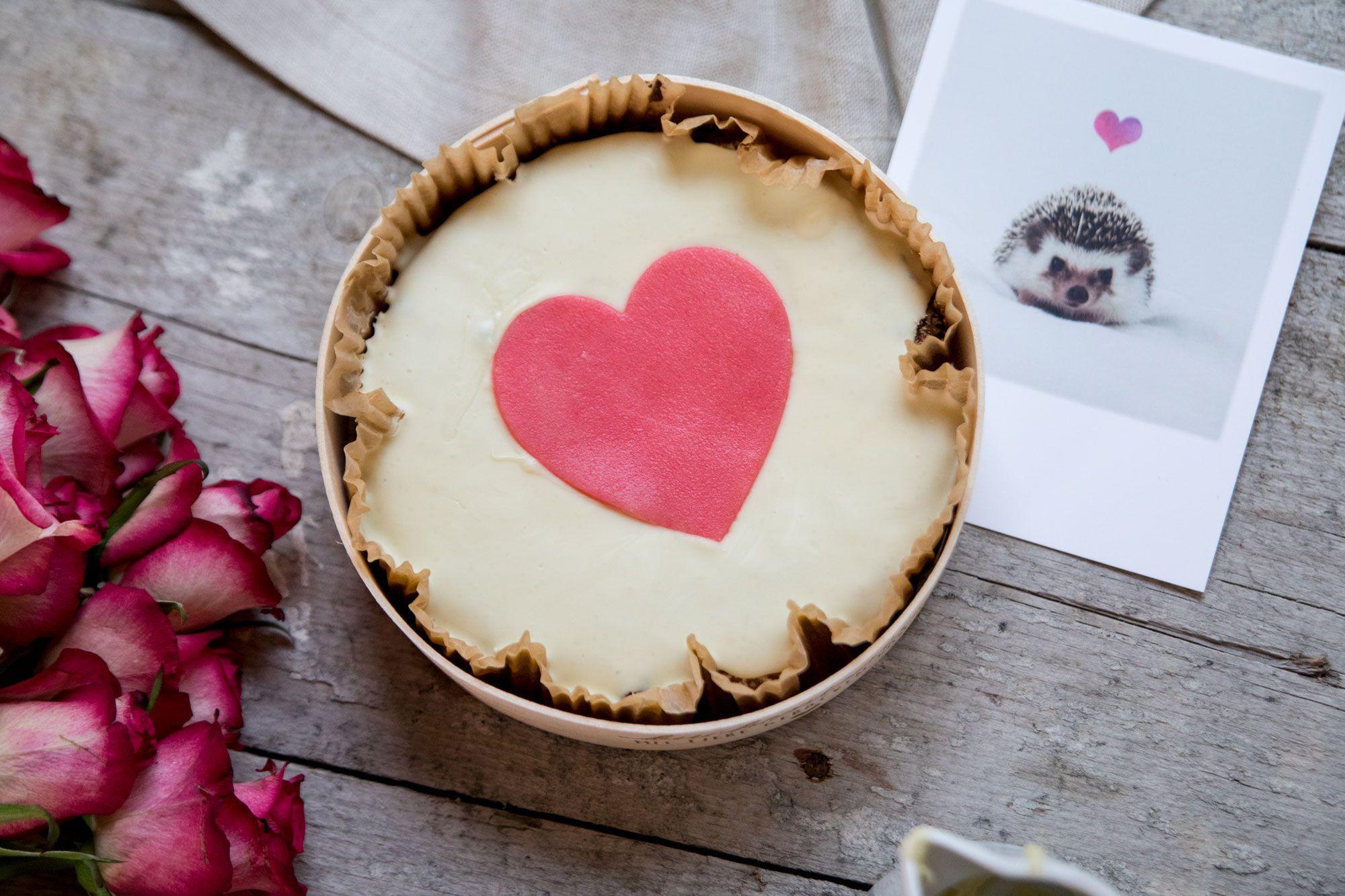 Das Perfekte Geschenk Zum Valentinstag Leckerer Nuss Schoko Kuchen Von Oma Regina Und Dazu Ein Strauss Ros Kuchen Bestellen Susse Kuchen Kuchentratsch