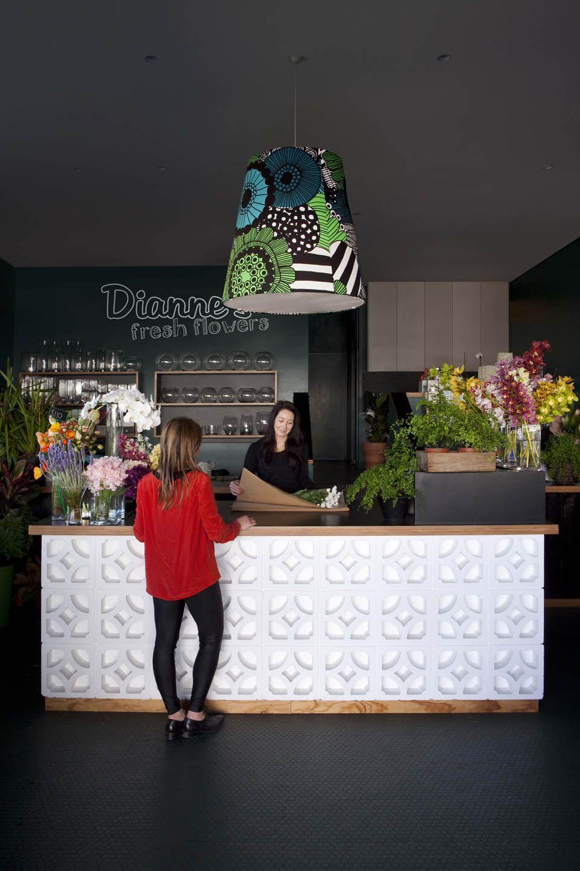Elementos vazados com fundo na mesma cor - efeito de renda pode ser usado na parede / Dianne's Fresh Flowers | Stacey Kouros Design