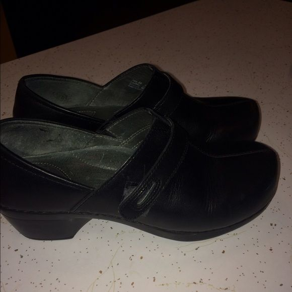 Dansko nursing shoe / clog Black leather. Like new. Maybe worn once. Dansko Shoes