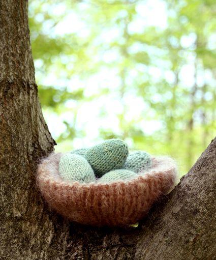 A knitted nest. Adorable! #DIY #knitting #eggs #easter #nest